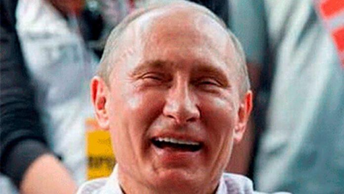 Путин смеется
