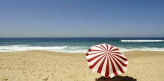 Пляж и зонтик