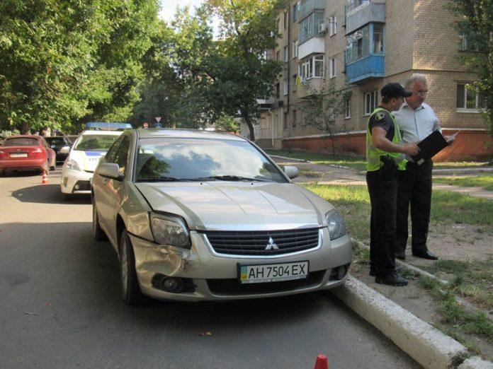 В Краматорске столб упал на припаркованный автомобиль