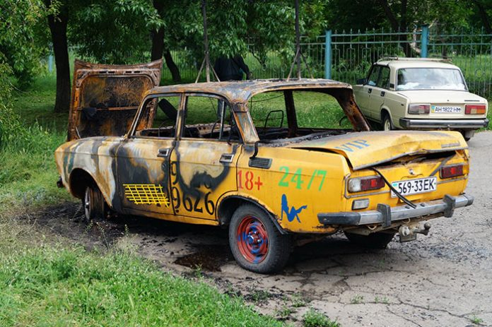 В Краматорске горел автомобиль рекламирующий интим-услуги