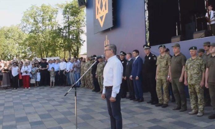 Депутат выступает перед собравшимися силовиками ВСУ