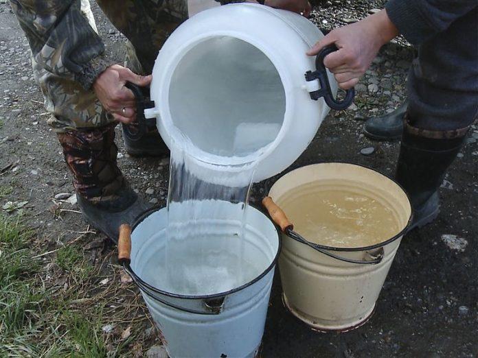 В Торецке жителям города выдают 40 литров привозной воды в одни руки