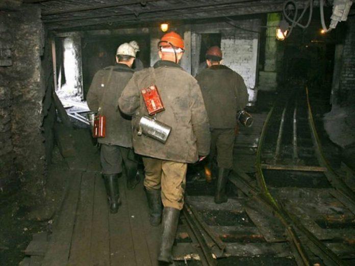В Угледаре жены и дети шахтеров перекрыли дорогу, требуя выплатить горнякам заработную плату