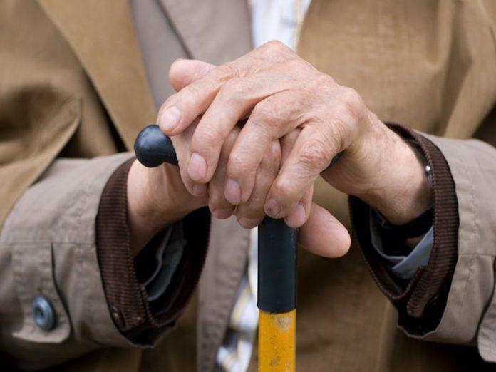 Лисичанские школьники решили развлечься, бросая в пенсионера камни
