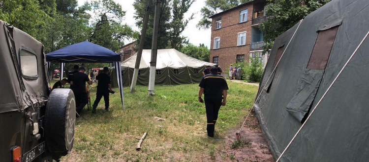 В Лисичанске для жителей аварийного дома развернули палаточный городок