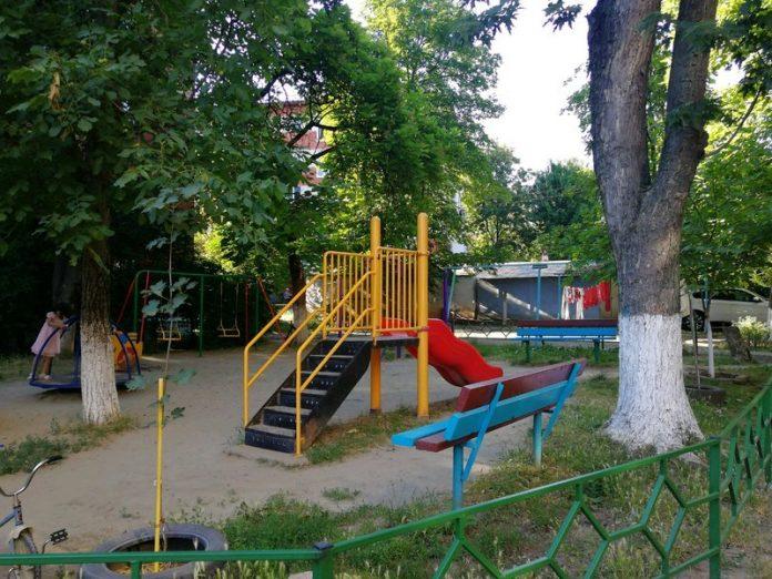 6 июля в результате обстрела Горловки минометный снаряд залетел на детскую площадку