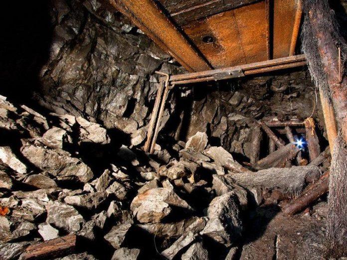 В поселке под Шахтерском в неработающей горной выработке погибли два человека