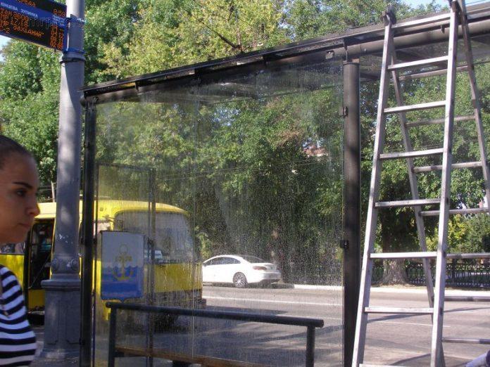 В Макеевке маршрутное такси снесло остановку