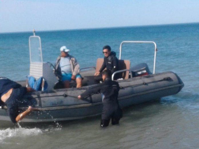 В на пляже в Седово четырех человек на катамаране унесло в открытое море