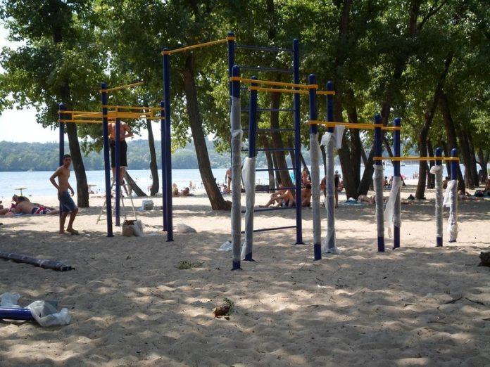 В Попасной на пляже построена новая спортивная площадка