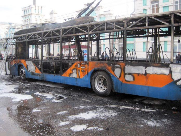 В Лисичанске в результате пожара сгорела половина троллейбусного парка