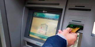 В Луганске установили 100-й банкомат и 50-й платежный терминал, причем они стали первыми установленными за пределами отделений Госбанка. Государственный банк установил свой 100-й банкомат и 50-й платежный терминал в ЛНР на помещении «Стройцентра», расположенного в Луганске. «Сегодня мы запустили в работу сотый банкомат на территории ЛНР и 50-й платежный терминал самообслуживания. Банк-терминалы позволяют делать услуги банка более доступными для наших жителей, то есть на обязательно идти в отделение банка, чтобы оплатить какие-то услуги», — отметил представитель Госбанка Руслан Моцпан. Директор департамента уточнил, что сначала терминалы появились в отделениях финучреждения, а открытие терминала в «Стройцентре» стало первым за пределами отделений Госбанка. «В терминале можно осуществить оплаты тех же самых услуг, которые присутствуют в отделении банка, в интернет-банкинге, только оплату можно сделать как банковской картой, так и наличными денежными средствами. «Открытие терминала — это очень удобно, потому что можно оплатить коммунальные услуги, не выстаивая очередь в отделении банка или на почте, можно зарплату снять», — пояснил Моцпан. Он сообщил, что в настоящее время Госбанк ведет переговоры с крупными торговыми сетями по вопросу размещения на их базе платежных терминалов самообслуживания. До конца года финучреждение планирует установить еще 50 банк-терминалов.