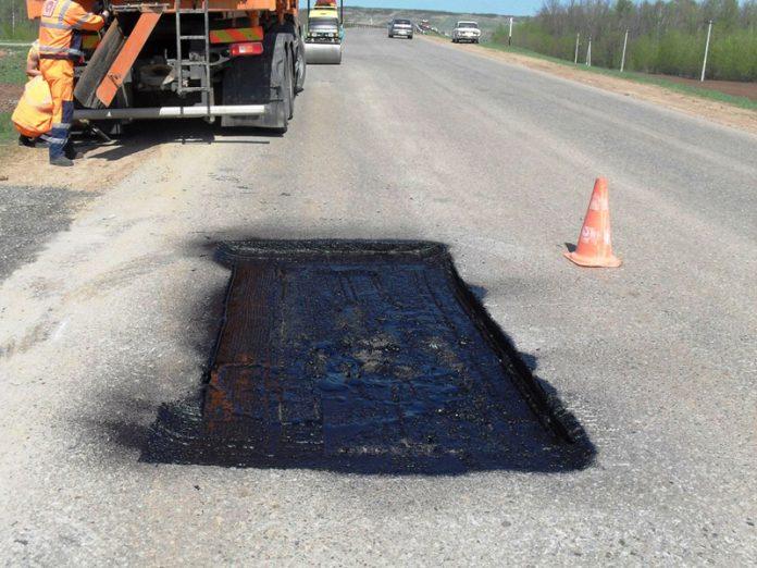 В Горловке проводится ямочный ремонт на центральных дорогах