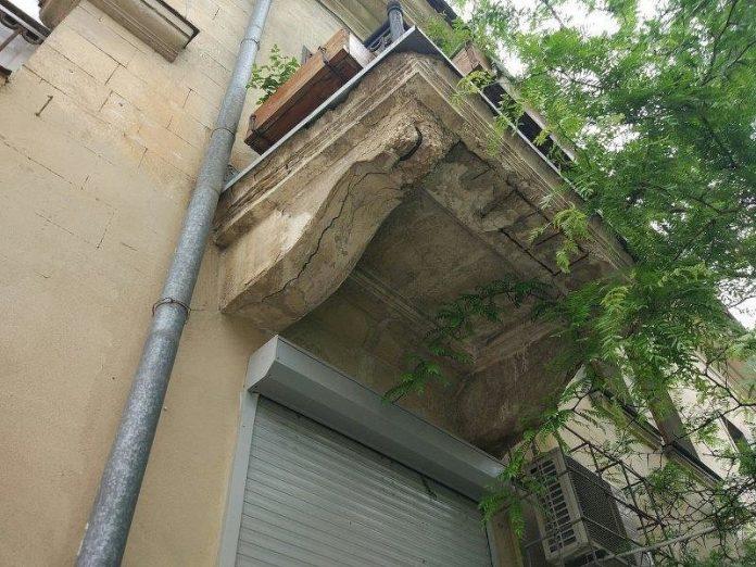 В центре Мариуполя аварийные балконы